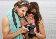 Pares novos no amor na praia Foto de Stock