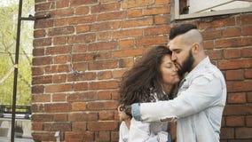Pares novos no amor que abraça na rua vídeos de arquivo
