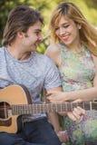 Pares novos no amor que aprecia um dia ensolarado Fotos de Stock Royalty Free