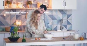Pares novos no amor que cozinha junto na cozinha vídeos de arquivo
