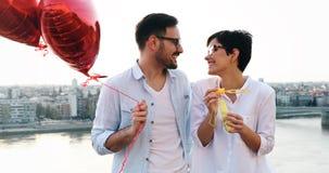 Pares novos no amor que data e que sorri exterior imagem de stock royalty free
