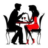 Pares novos no amor que senta-se em um café 2 silhueta v detalhado Imagens de Stock