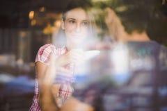 Pares novos no café bebendo da primeira data Fotos de Stock