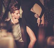 Pares novos no interior luxuoso Imagem de Stock Royalty Free