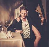 Pares novos no interior luxuoso Fotos de Stock Royalty Free