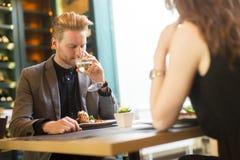 Pares novos no restaurante foto de stock royalty free