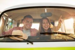 Pares novos para fora em uma viagem por estrada Imagem de Stock Royalty Free
