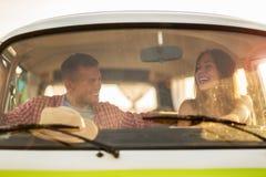 Pares novos para fora em uma viagem por estrada Fotografia de Stock Royalty Free