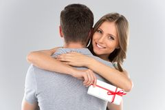 Pares novos que abraçam com presentholding envolvido atual com fita Fotos de Stock Royalty Free