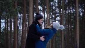 Pares novos que abraçam e que beijam no parque no inverno Pares felizes junto Retrato de pares de encontro felizes no amor e foto de stock