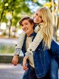 Pares novos que abraçam e que flertam no parque Imagens de Stock Royalty Free