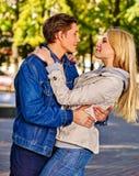 Pares novos que abraçam e que flertam no parque do outono Imagem de Stock