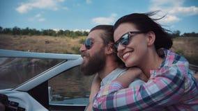 Pares novos que apressam-se avante em um barco a motor Fotos de Stock Royalty Free