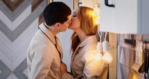 Pares novos que beijam na cozinha video estoque