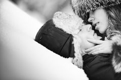 Pares novos que beijam na neve Foto de Stock Royalty Free