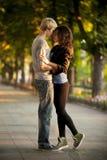 Pares novos que beijam na rua Fotografia de Stock