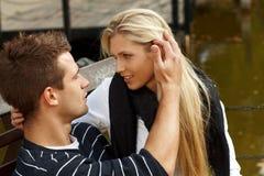 Pares novos que beijam pelo lago Fotos de Stock