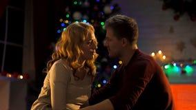 Pares novos que caem no amor na Noite de Natal mágica, atmosfera festiva, romance fotografia de stock