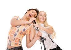 pares novos que cantam Imagens de Stock