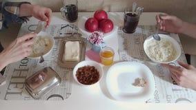 Pares novos que comem o café da manhã junto na manhã vídeos de arquivo