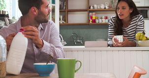 Pares novos que comem o café da manhã na cozinha junto filme