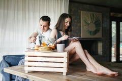 Pares novos que comem o pequeno almoço Imagens de Stock