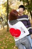 Pares novos que comemoram o dia do Valentim Fotografia de Stock Royalty Free