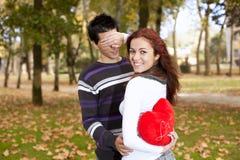 Pares novos que comemoram o dia do Valentim Foto de Stock