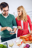 Pares novos que cozinham junto Foto de Stock Royalty Free