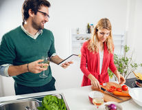 Pares novos que cozinham junto Imagens de Stock Royalty Free