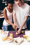 Pares novos que cozinham junto, culinário em casa fotografia de stock