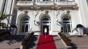 Pares novos que entram no casino de San Remo em Liguria vídeos de arquivo