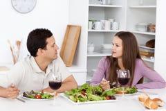 Pares novos que falam durante seu almoço Fotografia de Stock Royalty Free