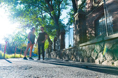 Pares novos que falam no por do sol em um ambiente urbano Fotografia de Stock Royalty Free