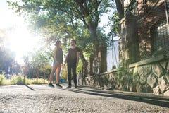 Pares novos que falam no por do sol em um ambiente urbano Fotos de Stock Royalty Free