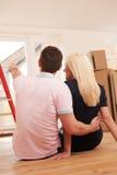 Pares novos que fazem planos para a casa nova Imagem de Stock