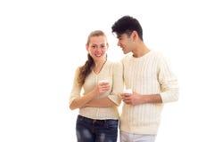 Pares novos que guardam os copos brancos Imagem de Stock Royalty Free