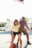 Pares novos que jogam o basquetebol junto Foto de Stock