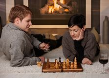 Pares novos que jogam a xadrez Imagens de Stock