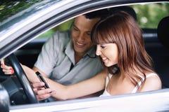 Pares novos que olham ao móbil Imagem de Stock Royalty Free