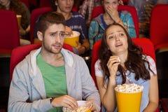 Pares novos que olham um filme Imagens de Stock