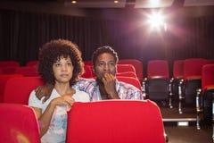 Pares novos que olham um filme Fotografia de Stock Royalty Free