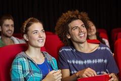 Pares novos que olham um filme Foto de Stock