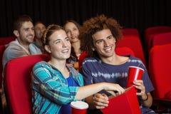 Pares novos que olham um filme Foto de Stock Royalty Free