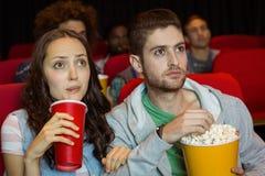 Pares novos que olham um filme Imagem de Stock Royalty Free