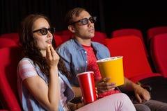 Pares novos que olham um filme 3d Imagem de Stock Royalty Free