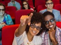 Pares novos que olham um filme 3d Imagens de Stock