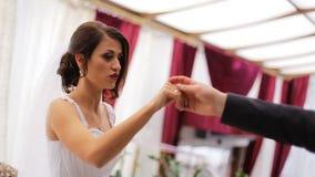 Pares novos que preparam sua primeira dança para ser incrível e para não esquecer qualquer coisa em uma cerimônia de casamento video estoque
