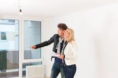 Pares novos que procuram bens imobiliários Imagem de Stock Royalty Free