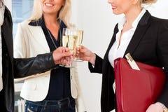 Pares novos que procuram bens imobiliários com corretor de imóveis Fotos de Stock Royalty Free